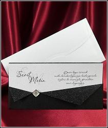 Luxusní černobílé svatební oznámení 2547 s černou kapsou se třpytivým límečkem.