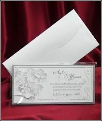 Dvoudílné stříbřitě perleťové svatební oznámení 2558 s květinami a mašličkou.