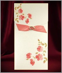 Svatební oznámení 2662 ve  formě karty se zavíracím přebalem ozdobeným stužkou v podkůvce.