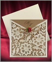 Svatební oznámení s jemně květinami zdobenou laserem vyřezávanou kapsou a textovou kartou z recyklovaného papíru 2676.