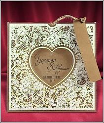 Vysouvací svatební oznámení s průhlednou bohatě zdobenou kapsou s vyseklým srdcem uprostřed 2686.