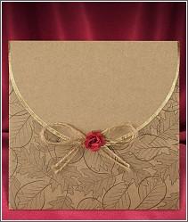 Dvoudílné podzimní svatební oznámení s přebalem ve tvaru obálky z recyklovaného papíru a s rudou květinkou na režné mašličce 2691.
