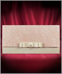 Rozkládací svatební oznámení s mašlí a perličkou na světle růžové perleti 2694.