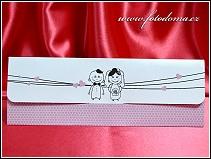 Rozkládací svatební oznámení s naivními kreslenými postavičkami a vzorem včelí plástve vzor 3383