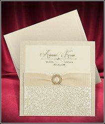 Dvoudílné čtvercové zlatavě perleťové svatební oznámení s kapsou, která má strukturu polystyrenu vzor 3680