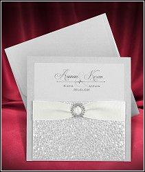 Stříbřitě perleťové čtvercové svatební oznámení s polystyrenovou strukturou a se stuhou vzor 3681