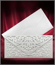 Stříbřitě perleťové svatební oznámení připomínající nazdobenou dopisní obálku vzor 3691
