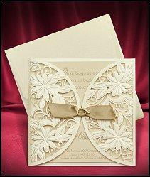 Svatební oznámení s textovou kartou umístěnou ve zlatavě perleťovém ozdobném otevíracím přebalu s mašličkou vzor 3695