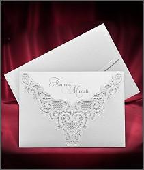 Stříbřitě perleťové svatební oznámení s výpravnou výzdobou připomínající krajku 3699.