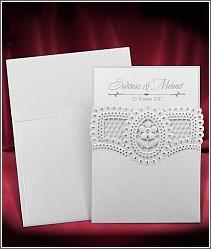Stříbřitě perleťové svatební oznámení s laserově vypalovanou výzdobou s kytičkou uprostřed 3702.