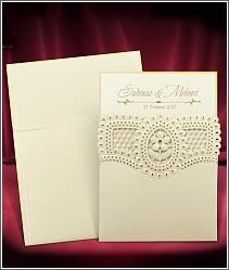 Luxusní zlatavě perleťové svatební oznámení s krajkovou květinou a blýskajícím se korálkem 3703.