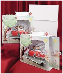 Trojrozměrné svatební oznámení 5429 s novomanželi v červeném autě
