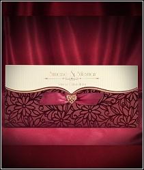 Svatební oznámení vyzdobené semišovými květinami tmavě červené barvy 5464.