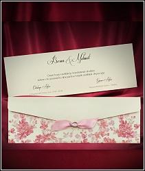 Dvoudílné svatební oznámení s růžovými květy natištěnými na předávací obálce a růžovou stužkou se stříbrnou podkůvkou 5492.