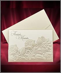 Luxusní dvoudílné zasouvací svatební oznámení má vnější kapsu zhotovenou ze zlatavě perleťového polokartonu 5530.