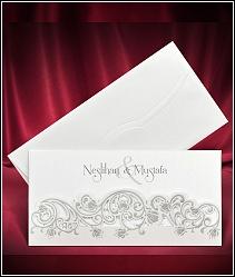 Dvoudílné svatební oznámení ve formě kapsy vyrobené ze stříbřitě perleťového polokartonu 5533.