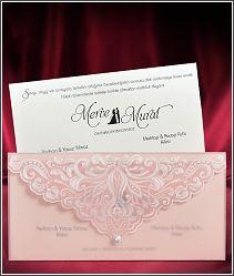 Růžové průsvitné svatební oznámení ve tvaru dopisní obálky 5576.